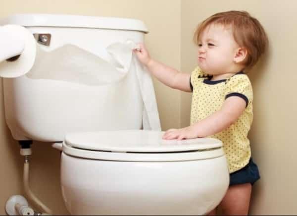 Почему ребёнок редко ходит в туалет по маленькому