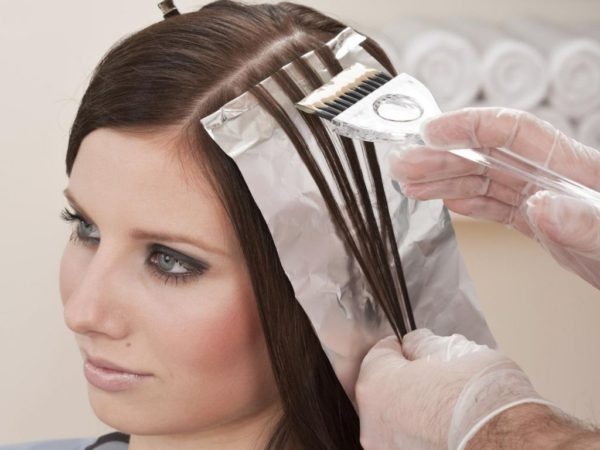 Как провести мелирование темных волос дома