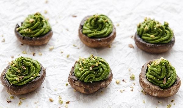 Шляпки грибов в духовке с зеленой пастой